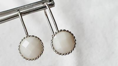 Ag stribro visací nausnice - přírodní bílé kameny č.25 Rhodium