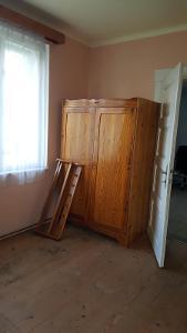 Šatní skříň modřín