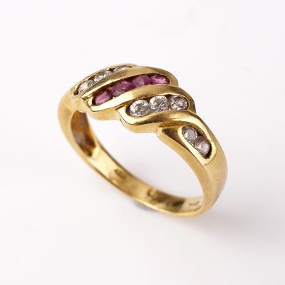 Zlatý prstýnek s kamínky v56
