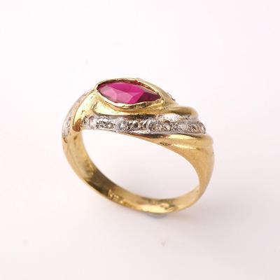 Zlatý prstýnek rubín a bílé kamínky v54.5