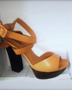 Páskové sandále na vysokém podpatku.