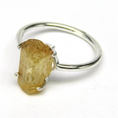 Stříbrný prsten s přírodním zlatým topazem o váze 10 karátů