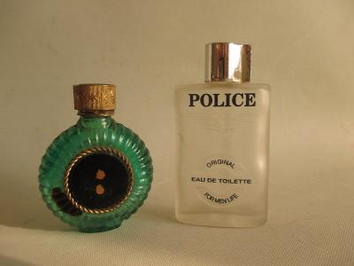 Staré malé skleněné flakonky od parfémů / Police