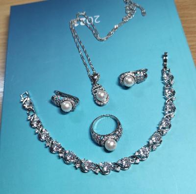 Nádherný set stříbrných šperků s perlami
