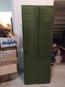 Klasická plechová šatní skříň