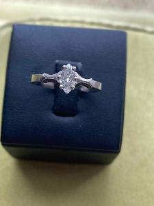 Dámský prsten s briliantem oválného brusu
