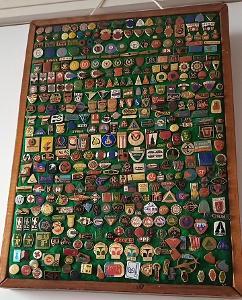Odznaky: asi 400 ks (z nalezené 50 let staré sbírky v rámu 38 x 27 cm)
