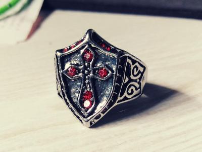 Prsten KŘÍŽ templářský postříbřený rytíř červené zirkony 20mm