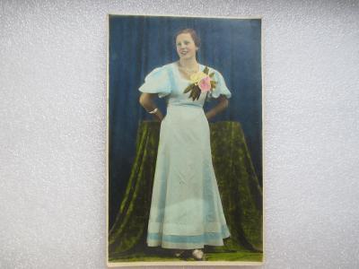 Dívka v šatech s květinou - secese