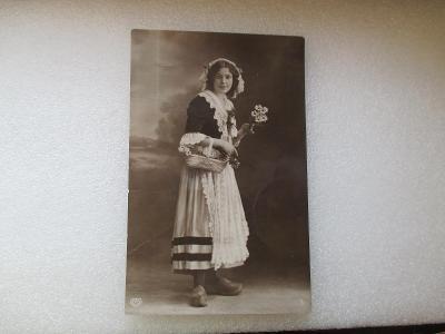 Dívka v kroji s květinou - secese - RU - prošlá