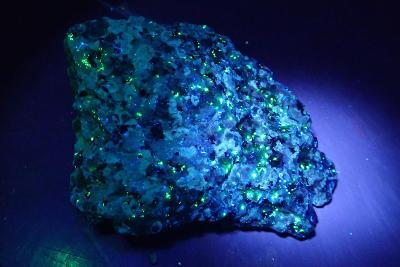 UV aktivní minerál