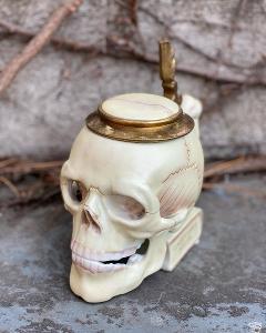 Porcelánová figurka Lebka sklenice na pivo dóza mosaz