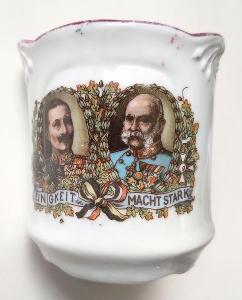 Malý porcelánový šálek s motivem císařů Františka Josefa a Viléma