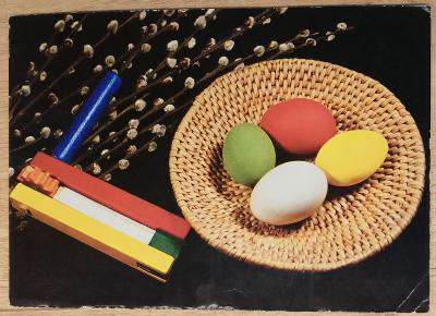 Pohlednice Veselé Velikonoce - řehtačka, kraslice, ošatka
