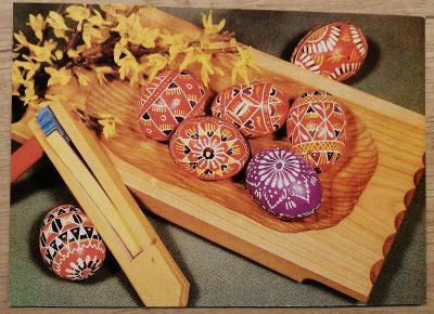 Pohlednice Veselé Velikonoce - řehtačka, kraslice, dřevěná miska
