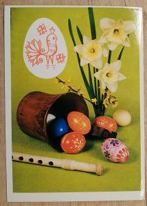 Pohlednice Veselé Velikonoce - flétna, kraslice, pohár, narcisky