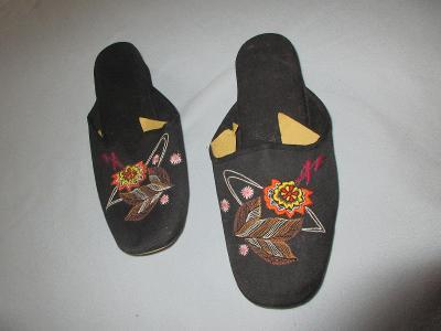 pantofle  vyšívané černé