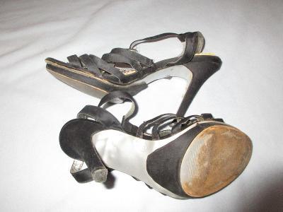 černé boty na podpatku páskové