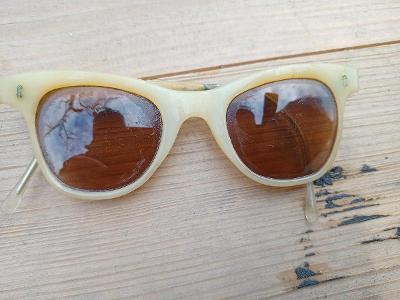 Retro sluneční brýle socialistické