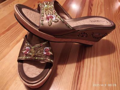 Nádherné  nové sandály na klínku -  v. 41 - stélka cca 26,5cm
