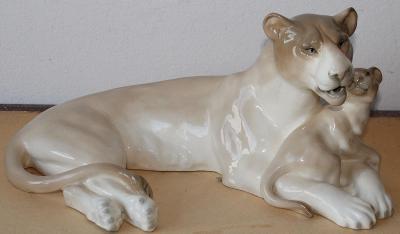 Porcelánová lvice s lvíčetem