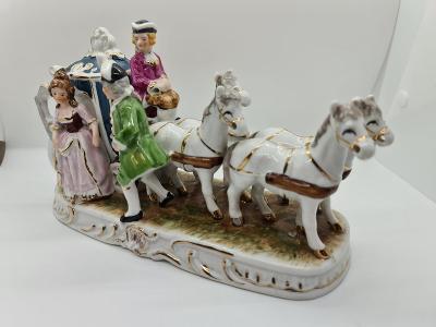 Porcelánové sousoší koně s kočárem