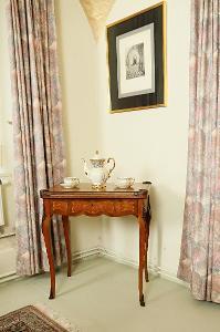 Starožitný hrací stolek s marketerií