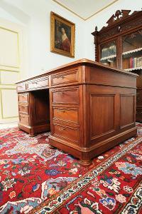 Velký oboustranný psací stůl. Masivní
