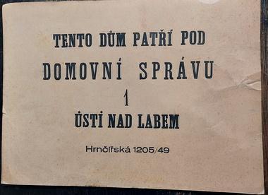 Ústí n. L., stará informační papír. tabulka, domovní správa