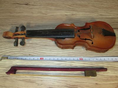1960'S TIN AND WOOD TOY VIOLIN MADE IN CZECHO-SLOVAKIA (302)