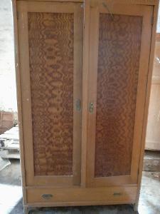 2x starožitná skříň, noční stolky, čela postelí