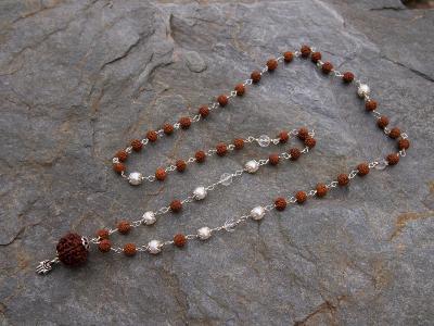 Náhrdelník JOGA MÁLA - Rudraksha, perly, brouš. křišťál, stříbro