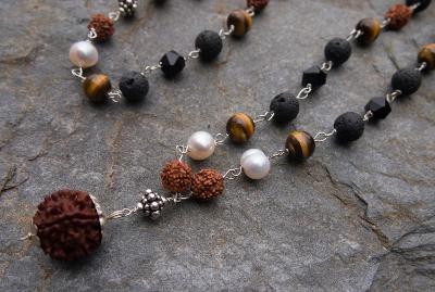 Náhrdelník MÁLA - perly, tygří oko, rudraksha, lávový kámen, onyx