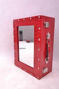 Desing. závěsná skříňka se zrcadlem KUFR (6840M)