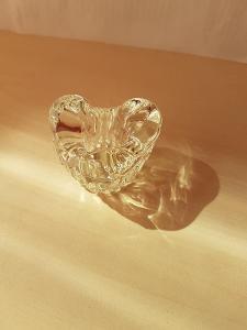 skleněný stojánek na svíčku kónickou ve tvaru srdce