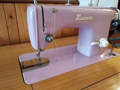 Skříňkový šicí stroj Minerva 126 (šlapací)