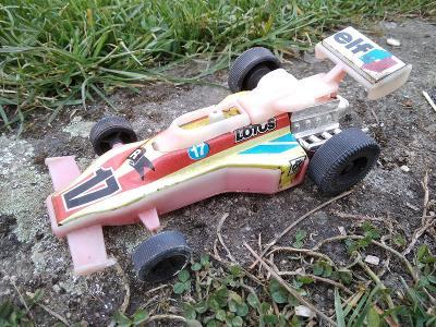 Retro hračka IGRA ITES SMĚR plecho-plastové auto formule LOTUS