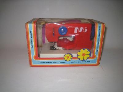 Starý retro dětský šicí stroj.