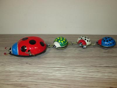 OLD TIN LADY BUG FAMILY WIND UP TOY TAIWAN - HS (T31)