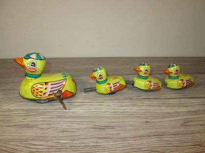 1970'S DUCK FAMILY TIN WIND UP MADE IN CHINA (T36)