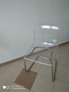 Plastová židle s kovovou konstrukcí.