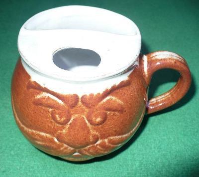 Keramický hrníček nový na kafe pro kníratý, aby si nenamočili kníry.