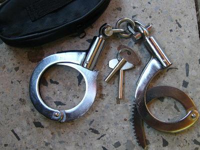 Ocelová policejní pouta s 2 klíčky robusní