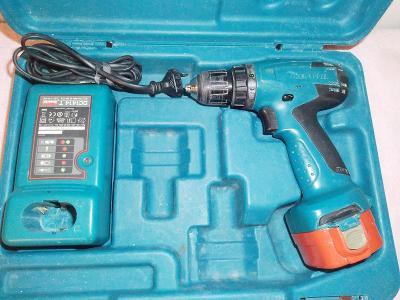 Silná AKU vrtačka Makita 12V +baterie +nabíječka +kufr !!!
