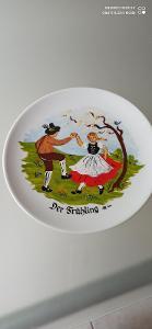 Porcelánový velmi hezký talířek. Značen!!!