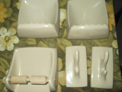 Koupelnové doplňky-80léta-béžové-sestava-2