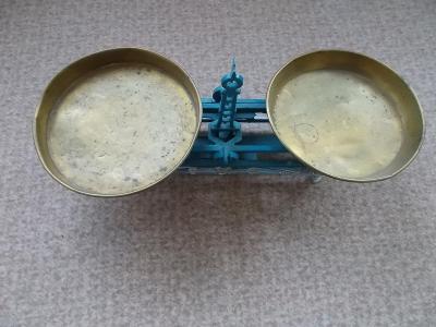 Starožitnost stolní miskové váhy miska mosaz