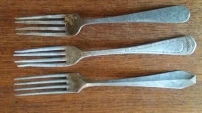 Staré kovové vidličky - tři kusy