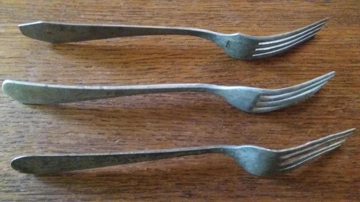 Staré kovové vidličky - tři kusy - Starožitnosti
