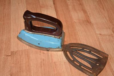 žehlička, modrá s podstavcem